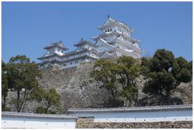 大天守が改修されて2年目の姫路城天守閣です。別名白鷺城の象徴でもある純白の屋根は、あと1年くらいが見納めと言われております。(本年3月撮影)